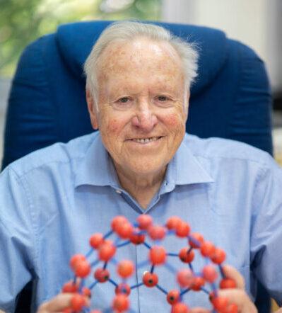 """אנו שמחים לבשר כי מדליית שרדינגר לשנת 2021 תוענק לפרופ'-מחקר יצחק אפלויג מהפקולטה לכימיה ע""""ש שוליך בטכניון. נשיא הטכניון לשעבר יקבל את המדליה על תרומותיו החשובות, החישוביות והנסיוניות, לכימיה של סיליקון ולכימיה אורגנית."""